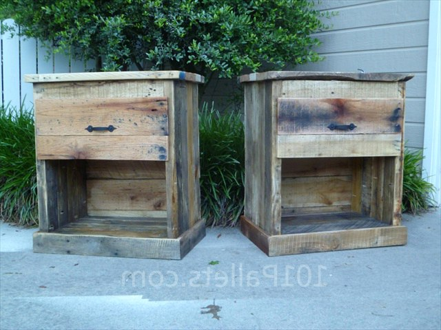 Тумбочка из поддонов Make Your Own DIY Pallet Nightstand