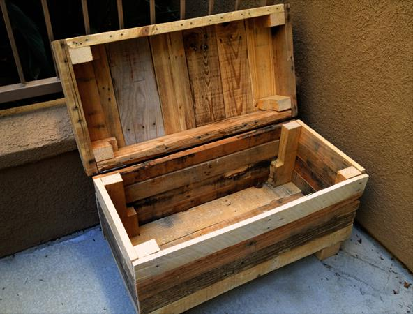 Прочная скамейка - сундук  из поддонов Rugged Two-in-One Pallet Chest and Bench