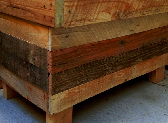 Rugged Two-in-One Pallet Chest and Bench Прочная скамейка - сундук  из поддонов