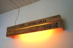 Настенный светильник из паллет