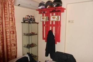 Полка с крючками для одежды из паллет