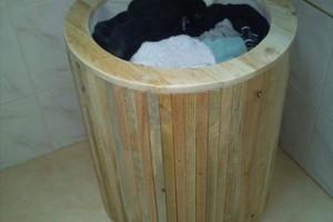 Стильная корзина для белья из поддонов