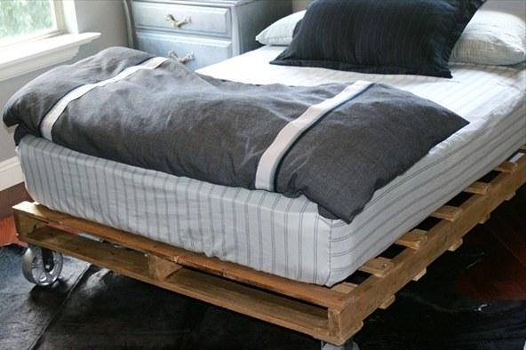 Недорогая кровать из поддонов
