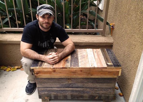 Прочная скамейка - сундук из поддонов