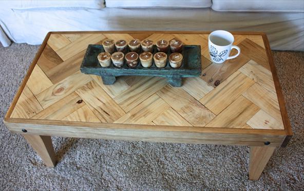 Журнальный столик с узором из поддонов