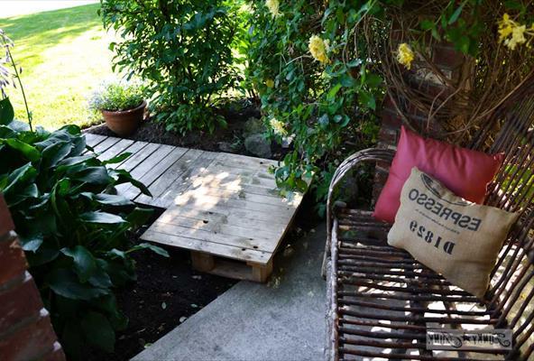 Мостик в саду из поддонов
