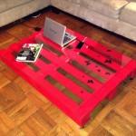 Журнальный столик из поддонов со стеклянной столешницей