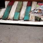 Красочная скамейка из поддонов