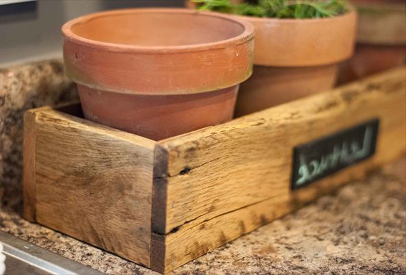 Ящик для цветочных горшков из поддонов
