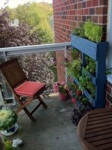 стойка для цветов из поддонов на балконе
