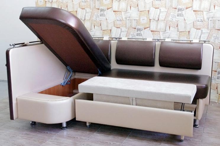 Идеальный вариант для маленькой кухни: угловой диван со столом